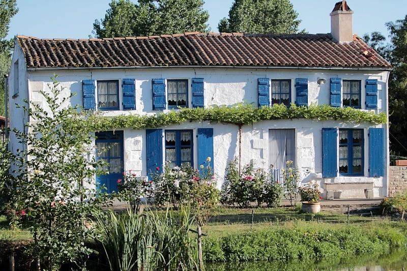 La maison aux volets bleus for Aux maisons maison les chaources