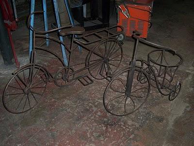 Triciclo decorativo y una bicicleta porta macetero - Bicicleta macetero ...