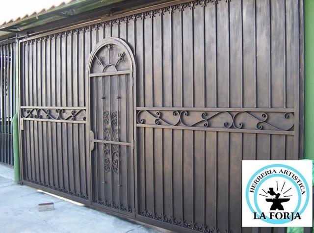 Port n corredizo en hierro forjado con puerta de medio for Puertas madera y hierro forjado