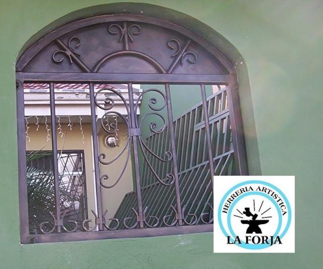 Port n corredizo en hierro forjado con puerta de medio for Puertas en forma de arco